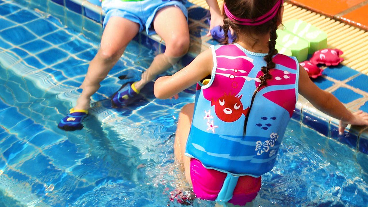 Skridsikre badesko er perfekte til ferie i sommerhus med pool