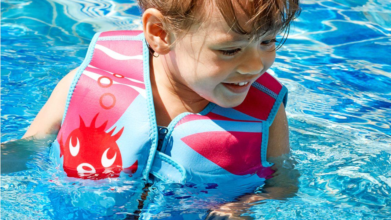Med en svømmevest kan ungerne holde sig oppe i vandet